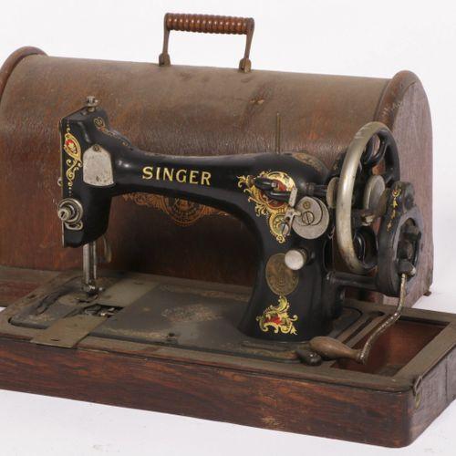 A cast iron Singer sewing machine in wooden casing, 20th century. Schätzung: € 1…