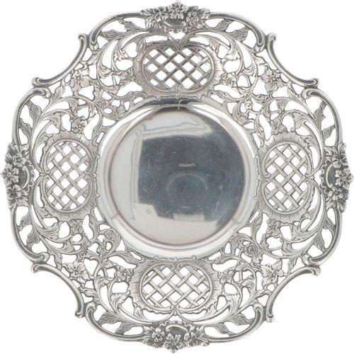 Bonbon or 'sweetmeat' dish silver. Gegossenes durchbrochenes Modell mit reich ve…