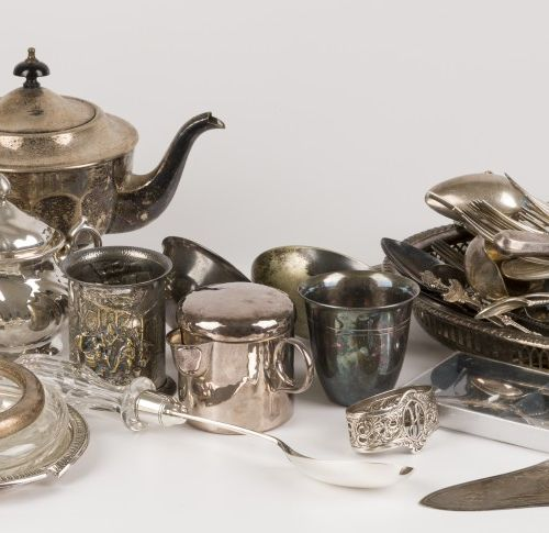 Large lot of silver plated objects, 20th century. Composé de divers objets diffé…