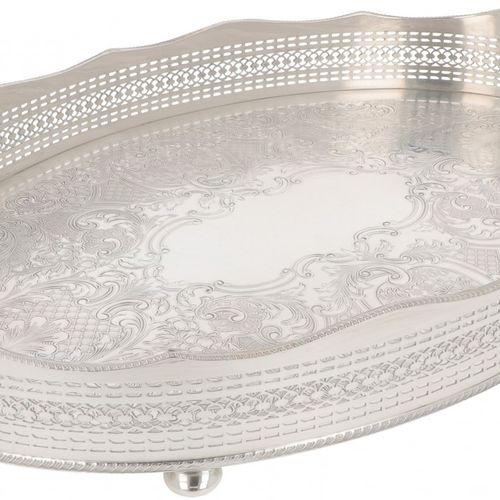 Silver plated tray. Modèle ovale avec bandeau ajouré en relief et décor ciselé e…