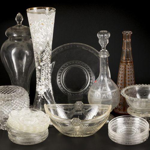 A lot with various glassware, 20th century. Comprenant un vase en verre taillé d…