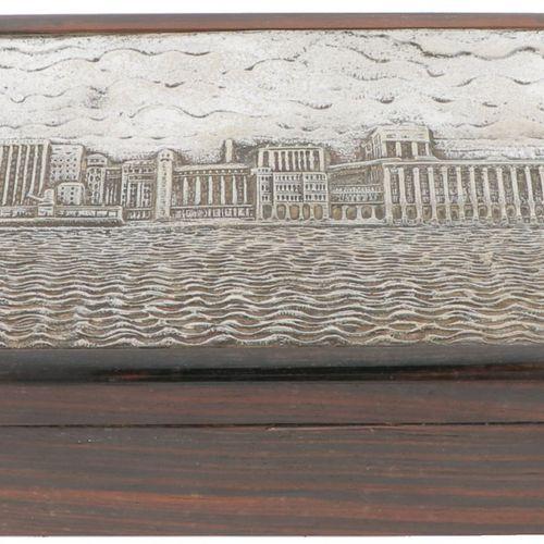 Cigar box silver plated. Adornado con una imagen en relieve: Fábricas de harina …