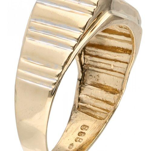 14K. Yellow gold signet ring set with approx. 0.20 ct. Diamond. 制造者标记:van den Ee…