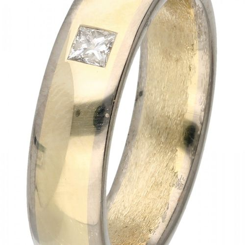 14K. Bicolor gold band ring set with approx. 0.12 ct. Diamond. Un diamante de ta…