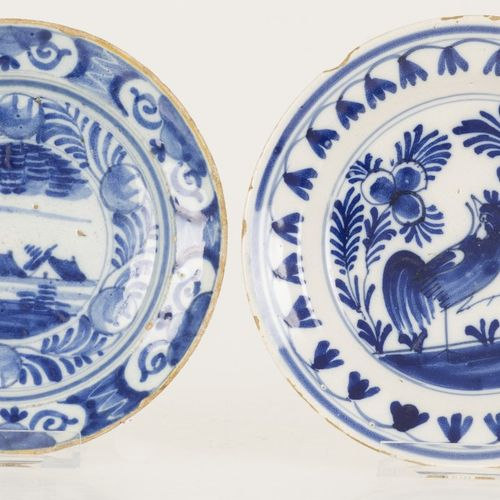 A set of (2) small Delft plates, Dutch, 18th century. 有蓝白两色,一个是公鸡,另一个是风景中的农场。两者都…