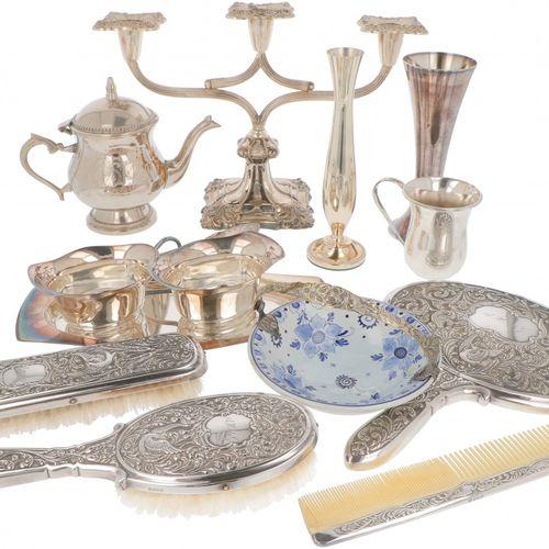 (14) piece lot miscellaneous silver plated. Bestehend aus einer Frisierkommode, …