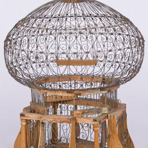 A pagoda style birdcage, 20th century. 铁线和木头 高:60厘米。估计:20 30欧元。