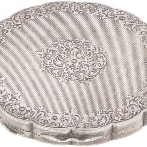 Compact make up mirror, silver. In gelappter Form mit graviertem Rocaillen und P…