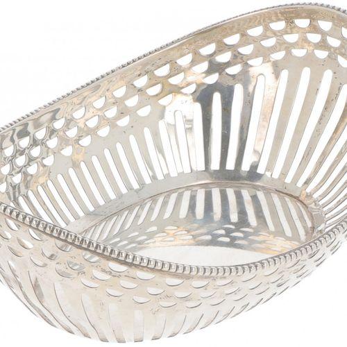 Silver bonbon or 'sweetmeat' basket. Modelo ovalado con lados calados y borde de…