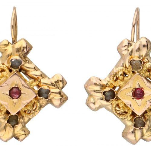 14K. Yellow gold antique earrings set with rhinestones. La filigrana de un pendi…