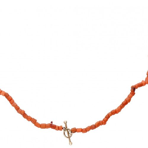 Single strand red coral necklace with a 14K. Rose gold closure. Coral rojo Ø apr…