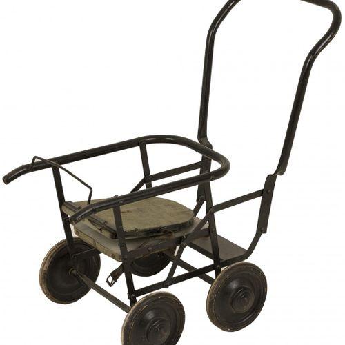 Doll carriage Modèle pliable, milieu du 20e siècle. Revenu estimé : 10 50 €.