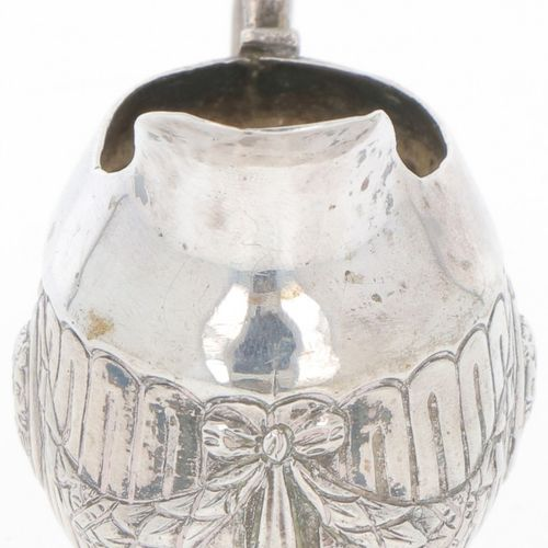 Cream jug silver. Pequeño modelo con adornos de guirnaldas y cartelas en relieve…
