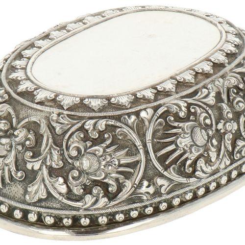 Delicacy charger silver. Modèle ovale agrémenté de motifs traditionnels repoussé…