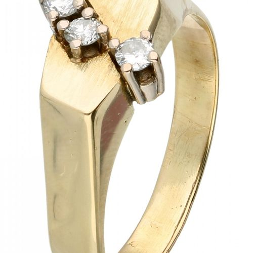 14K. Yellow gold ring set with approx. 0.18 ct. Diamond. Die Oberseite des Rings…