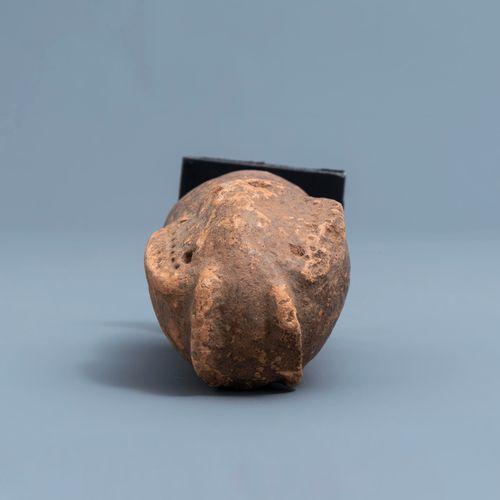 Six pendentifs Ikhoko en ivoire, Pende, Congo et une sculpture en terre cuite en…
