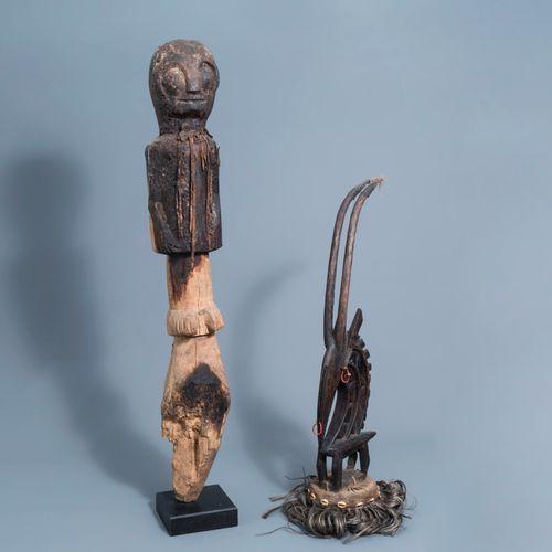Une coiffe de type Chi Wara, Bamana, Mali, et une sculpture en bois en forme de …