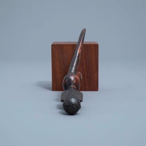 La partie supérieure d'un sceptre Sénoufo en bois et un chasse mouches Bakuba en…