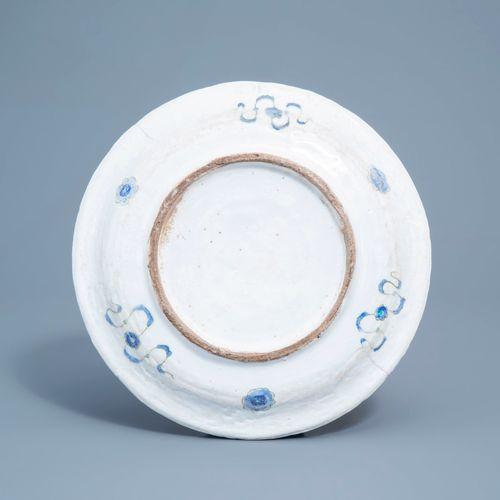 Un plat en céramique de style Iznik à décor floral polychrome, Kutahya, Turquie,…