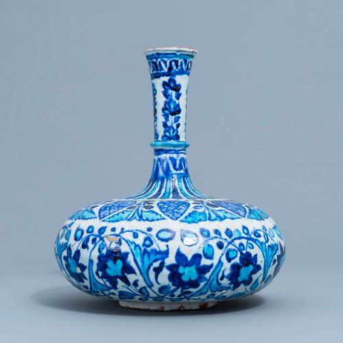 Un vase 'Multan' de forme bouteille en bleu, blanc et turquoise, Inde, 19ème siè…