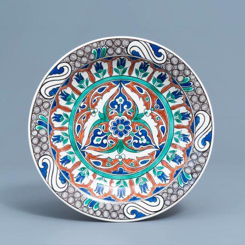 Un plat de style Iznik polychrome à décor floral, Boch Frères Keramis, 19ème siè…
