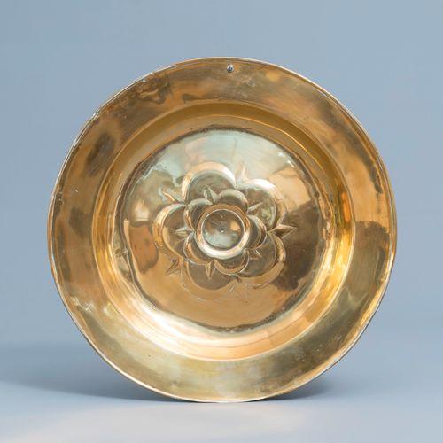 Un grand plat d'offrande en laiton à décor floral, Allemagne, probablement 17ème…