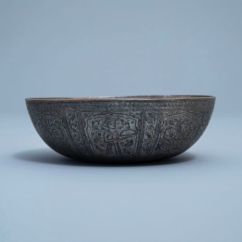 Un bol en cuivre étamé et gravé à décor de figures et floral, Qajar, Iran, 19ème…