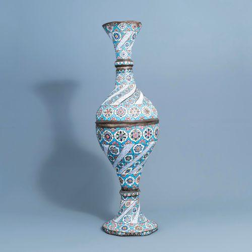 Un grand vase persan en cuivre émaillé, probablement Qajar, Iran, 19ème/20ème si…