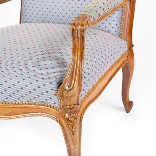 From a prestigious Parisian Palace Armchair à la reine, in moulded and carved na…