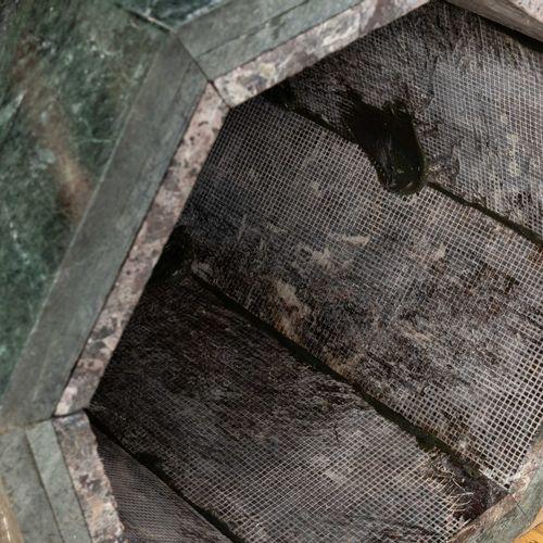 Gaine octogonale en marbre vert et rouge, à pans coupés.  H : 90,5cm L : 56,5cm