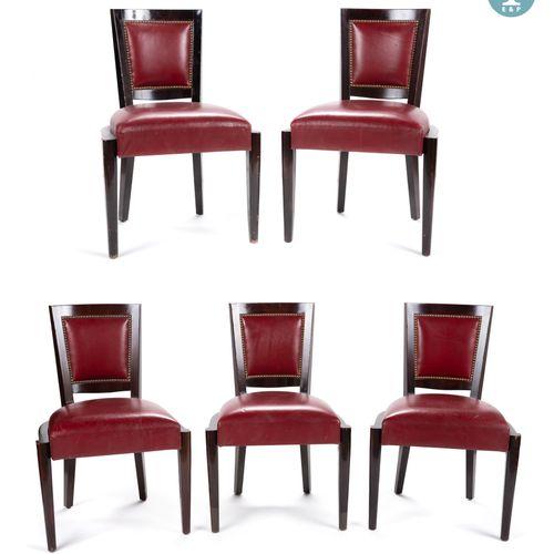 Lot de cinq chaises en bois naturel, garniture en cuir rouge. Fabrication COUNOT…