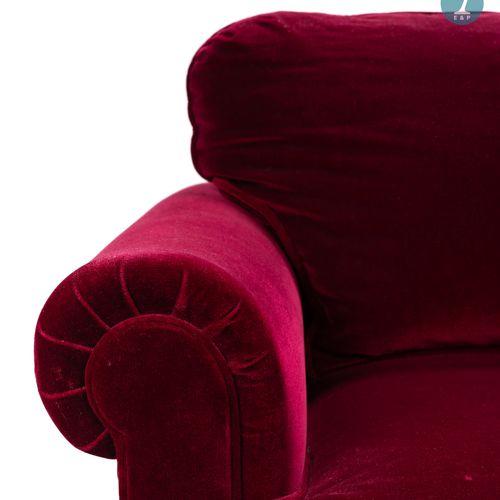 Un canapé deux places en velours rouge, à franges.  H : 80 cm L : 154 cm P : 90 …
