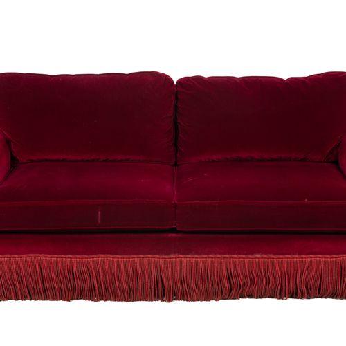 Un canapé trois places en velours rouge, à franges.  H : 92 cm L : 200 cm P : 96…