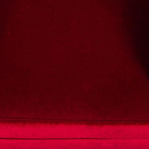 Une banquette en velours rouge, piètement en bois naturel incurvé.  H : 72cm L :…