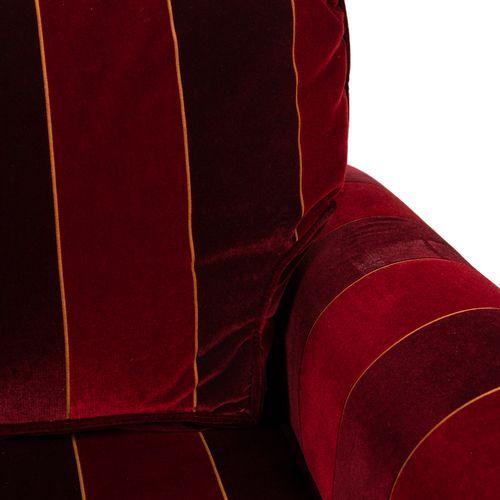 Un canapé deux places en velours à rayures pourpre et bordeaux, à franges.  H : …