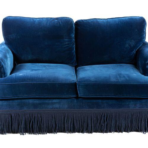 Un canapé convertible en velours bleu, à franges. Avec deux coussins.  H : 92 cm…