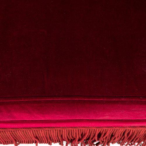 Un canapé deux places en velours rouge, à franges. Avec un coussin.  H : 92 cm L…