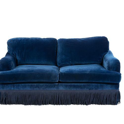 Un canapé convertible en velours bleu, à franges.  H : 82 cm L : 166 cm P : 95 c…