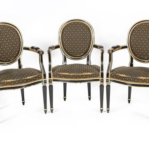 En provenance du Café de la Paix Lot de trois fauteuils cabriolets, le dossier m…