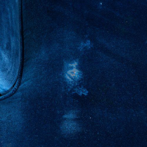 Un canapé convertible en velours bleu, à franges.  H : 92 cm L : 140 cm P : 95 c…