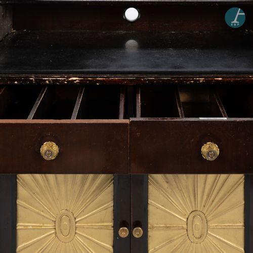 En provenance du Café de la Paix Meuble desserte en bois laqué et doré, ouvrant …