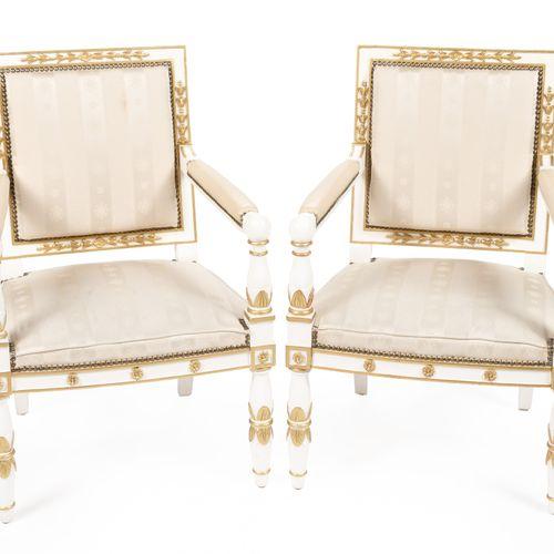 Paire de fauteuils en bois laqué blanc et doré, mouluré et sculpté, à décor de f…