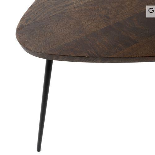 En provenance de l'ancien siège de GUERLAIN Une table basse quadripode, le plate…