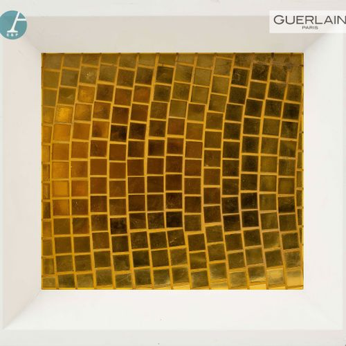 En provenance de l'ancien siège de GUERLAIN Cadre en mosaïque dorée.  H : 10cm L…