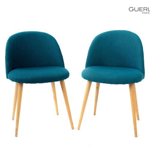 En provenance de l'ancien siège de GUERLAIN Paire de chaises en bois naturel, ga…