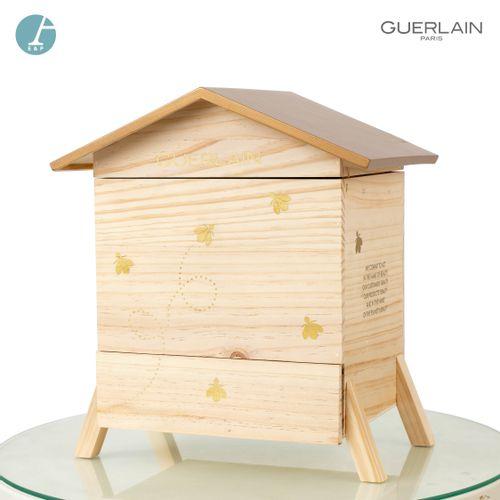En provenance de l'ancien siège de GUERLAIN Une petite ruche en bois naturel, Ab…