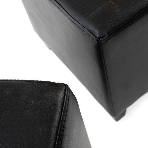 En provenance de l'ancien siège de GUERLAIN Paire de poufs en simili cuir noir, …