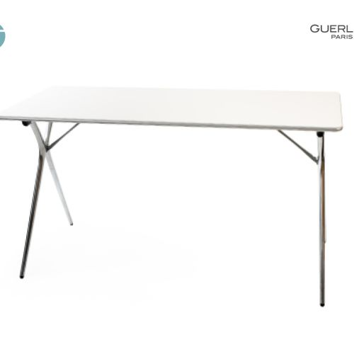 En provenance de l'ancien siège de GUERLAIN Lot de deux tables pliantes, pièteme…