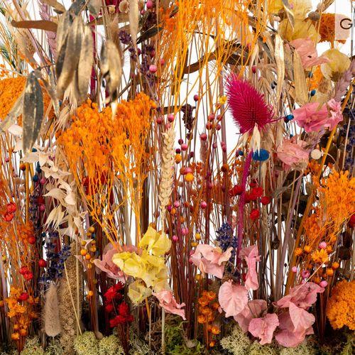 En provenance de l'ancien siège de GUERLAIN Composition de fleurs artificielles …