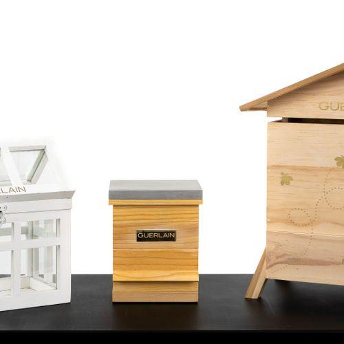 En provenance de l'ancien siège de GUERLAIN Lot de deux ruches miniatures et une…